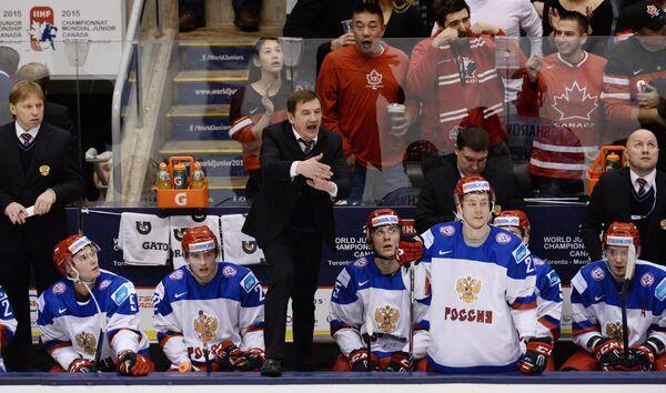 Главный тренер молодежной сборной России Валерий Брагин (в центре)