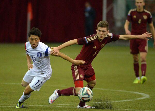 Игрок Южной Кореи Ли Донджин (слева) и игрок России Дмитрий Скопинцев