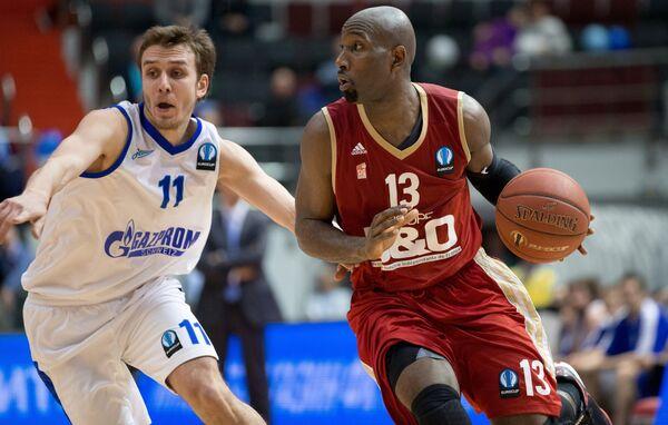 Защитник Зенита Артем Комолов (слева) и защитник Страсбурга Луи Кемпбелл
