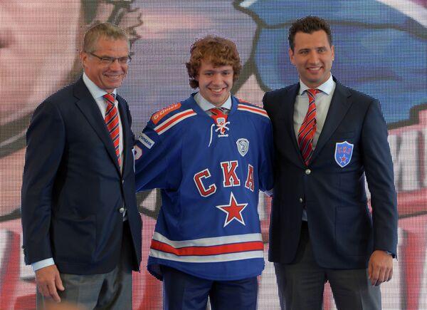 Александр Медведев (слева),  вице-президент хоккейного клуба СКА Роман Ротенберг (справа) и форвард ХК СКА Артемий Панарин