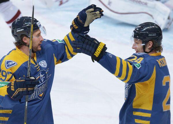 Хоккеисты Атланта Мэттью Гилрой (слева) и Дмитрий Коробов