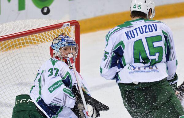 Вратарь Салавата Юлаева Леланд Ирвинг (слева) и игрок Салавата Юлаева Александр Кутузов