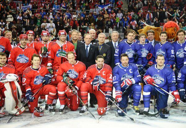 Фото команд после окончания матча звезд Континентальной хоккейной лиги между командами Запад и Восток