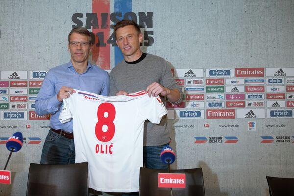 Ивица Олич и спортивный директор Гамбурга Петер Кнебель (справа налево)