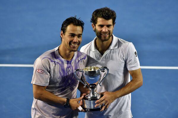 Симоне Болелли и Фабио Фоньини с трофеем Australian Open-2015