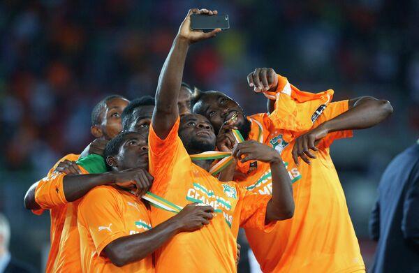 Футболисты сборной Кот-д'Ивуара делают селфи после победы на Кубке африканских наций