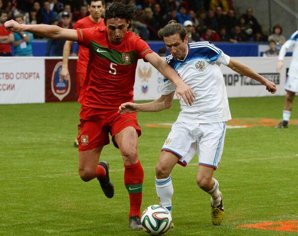 Полузащитник команды России Алексей Смертин (справа) и защитник команды Португалии Фернанду Мейра