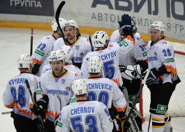 Хоккеисты Северстали радуются победе в матче регулярного чемпионата Континентальной хоккейной лиги между ХК Динамо (Москва) и ХК Северсталь (Череповец)
