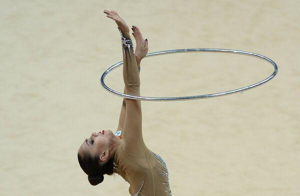 Маргарита Мамун (Россия) выполняет упражнения с обручем