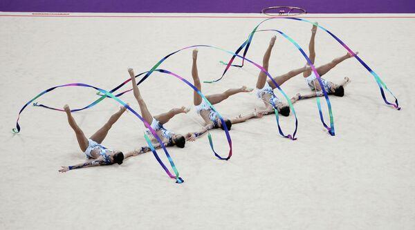 Спортсменки сборной Японии выполняют упражнения с лентами