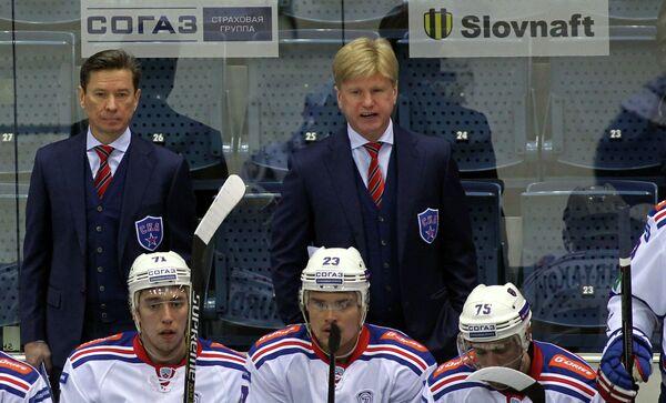 Вячеслав Быков (слева), Николай Борщевский и хоккеисты СКА