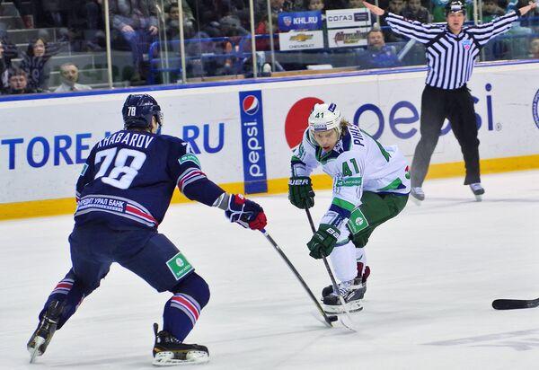 Игрок ХК Металлург Ярослав Хабаров (слева) и игрок ХК Салават Юлаев Антти Пильстрем