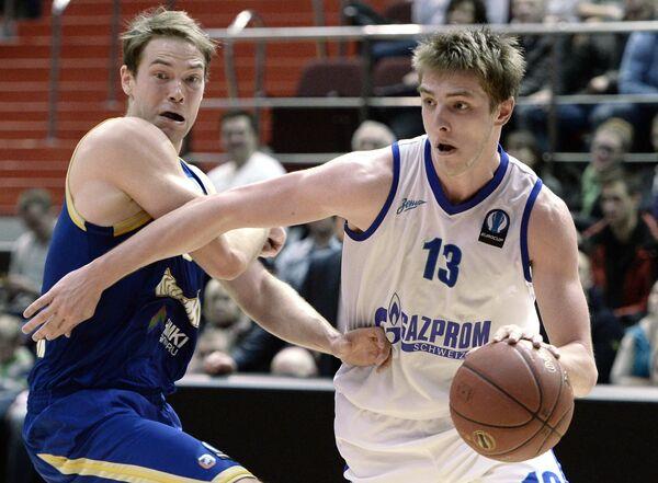 Защитник Зенита Артём Вихров (справа) и защитник БК Химки Петтери Копонен