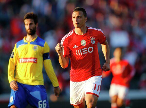 Форвард Бенфики Андре Лима празднует забитый гол в ворота Ароки