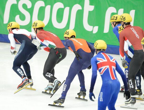 Спортсмены на дистанции эстафеты среди мужчин на чемпионате мира по шорт-треку в Москве
