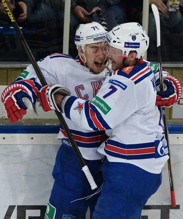 Хоккеисты СКА Антон Бурдасов (слева) и Дмитрий Калинин