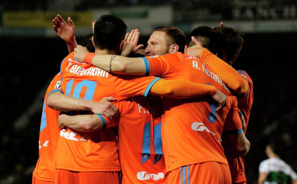 Футболисты Валенсии радуются забитому голу