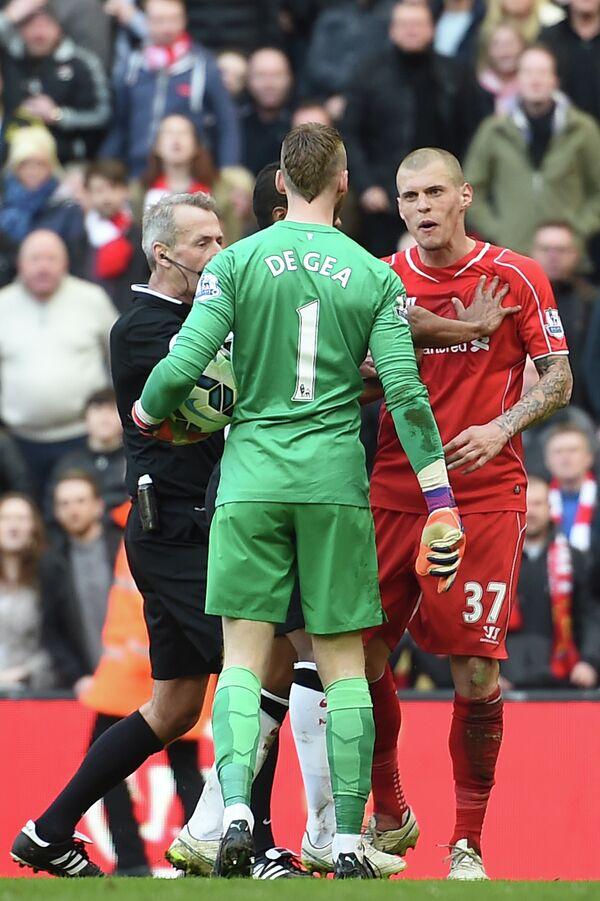 Защитник «Ливерпуля» Мартин Шкртел и вратарь «Манчестер Юнайтед» Давид де Хеа (справа налево)