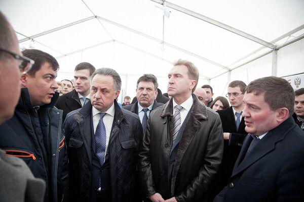 Первый вице-премьер России Игорь Шувалов и министр спорта РФ Виталий Мутко (справа налево в центре)