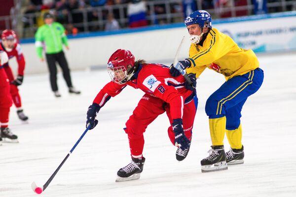 Игрок сборной России Максим Ишкельдин (слева) и игрок сборной Швеции Даниэль Берлин