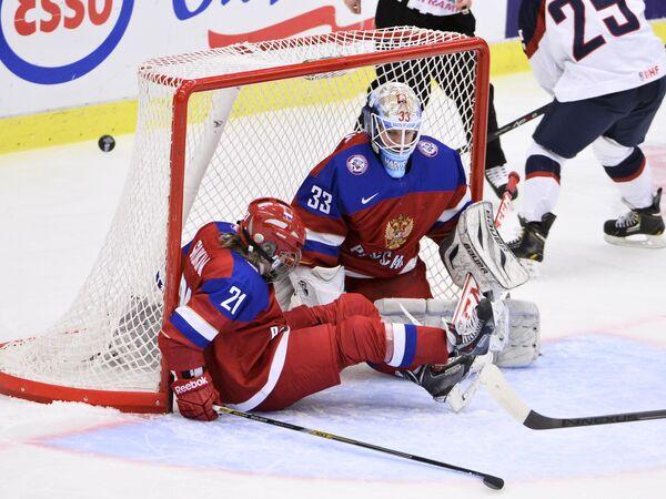 Хоккеистки сборной России Анна Шукина и Мария Сорокина (слева направо)