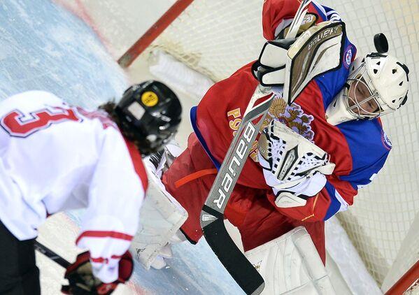 Вратарь сборной России Илья Шевцов (справа) и защитник сборной Канады Джон Кайт