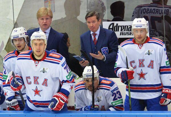 Главный тренер СКА Вячеслав Быков (второй справа)