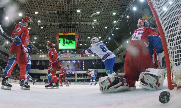 Вратарь ЦСКА Кевин Лаланд (справа) пропускает шайбу в матче