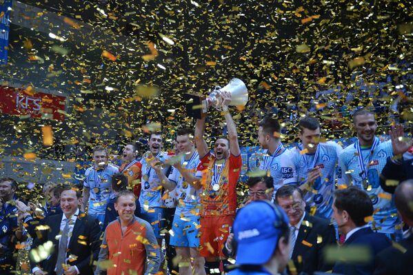 Волейболисты клуба Динамо (Москва) с  кубком ЕКВ