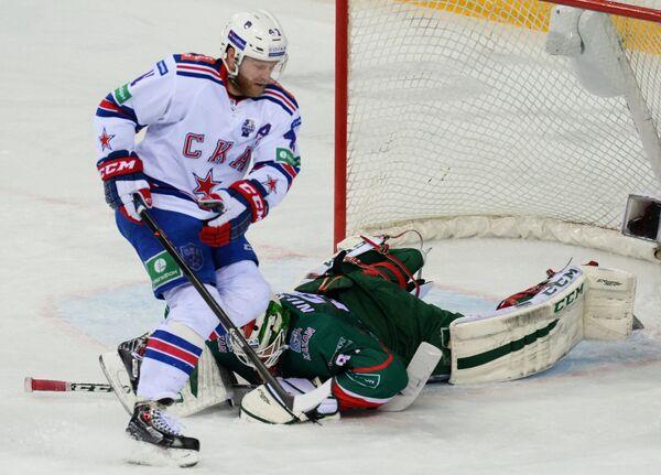 Форвард СКА Патрик Торесен (слева) и вратарь Ак Барса Андерс Нильссон