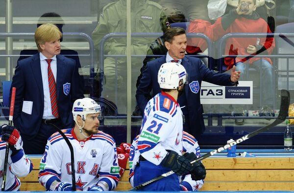 Тренер СКА Николай Борщевский (слева на втором плане) и главный тренер СКА Вячеслав Быков (справа на втором плане)