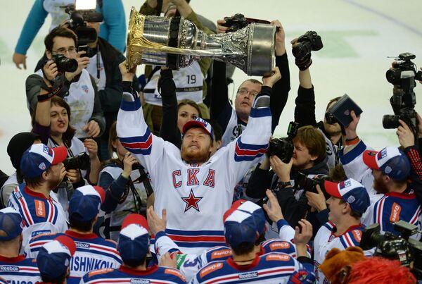 Хоккеисты СКА, ставшие обладателями Кубка Гагарина Континентальной хоккейной лиги сезона 2014-2015, радуются победе во время церемонии награждения