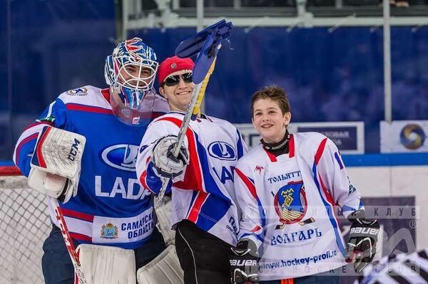 Матч между хоккеистами Лады и болельщиками тольяттинской команды