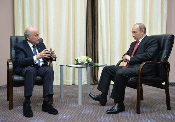 Президент России Владимир Путин (справа) и президент ФИФА Йозеф Блаттер во время встречи в Олимпийском парке в Сочи