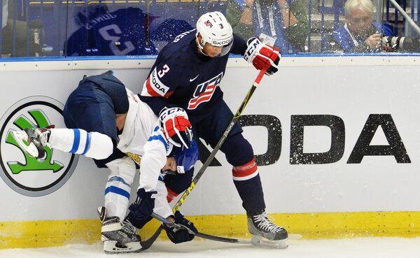 Форвард сборной Финляндии Антти Пильстрём (слева) и защитник сборной США Сет Джонс