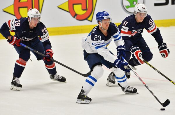 Форвард сборной США Брок Нельсон, форвард сборной Финляндии Осси Лоухиваара и игрок сборной США Джейк Гардинер (слева направо)