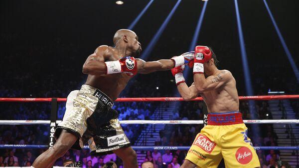 Момент боя между Флойдом Мэйуэзером-младшим (слева) и Мэнни Пакьяо. Лас-Вегас, 2 мая