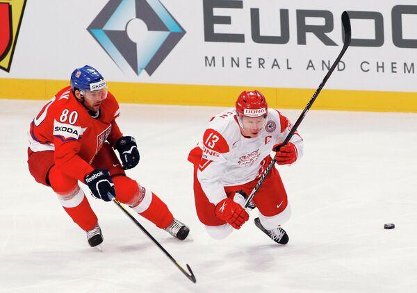 Нападающий сборной Дании Мортен Грин (справа)