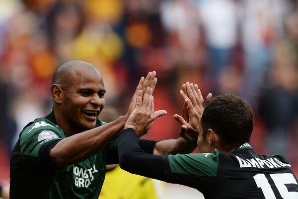 Футболисты Краснодара Ари (слева) и Роман Широков радуются забитому мячу