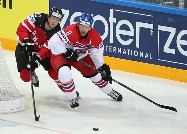Защитник сборной Чехии Ян Гейда (справа) и нападающий сборной Канады Коди Икин