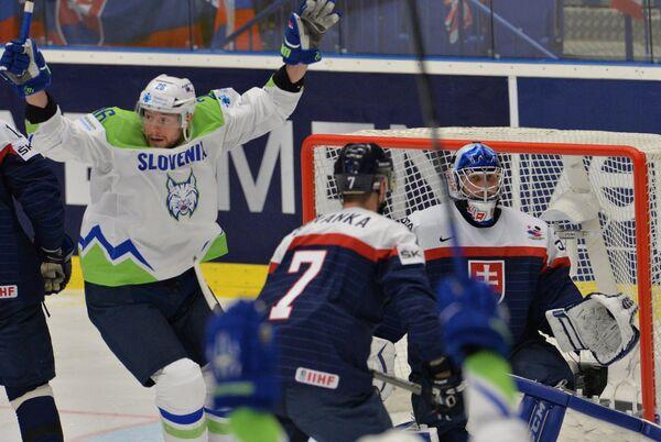 Нападающий сборной Словении Ян Урбас (слева)
