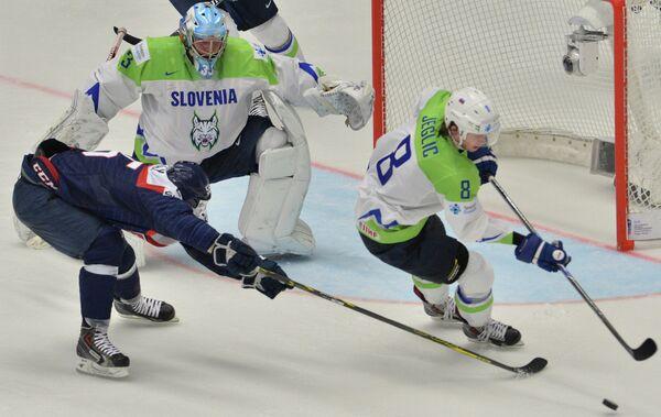 Нападающий сборной Словакии Марио Ближняк, вратарь сборной Словении Роберт Кристан и форвард сборной Словении Жига Еглич (слева направо)