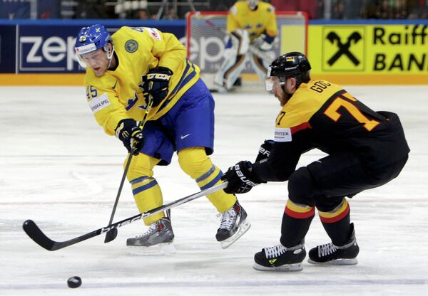 Нападающий сборной Швеции Оскар Мёллер и защитник сборной Германии Николай Гоч