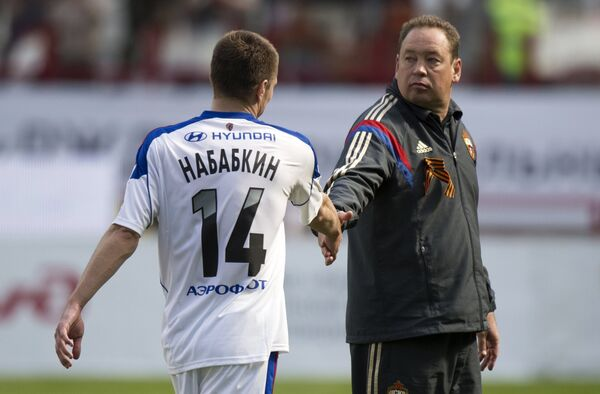 Защитник ЦСКА Кирилл Набабкин и главный тренер ЦСКА Леонид Слуцкий (справа)