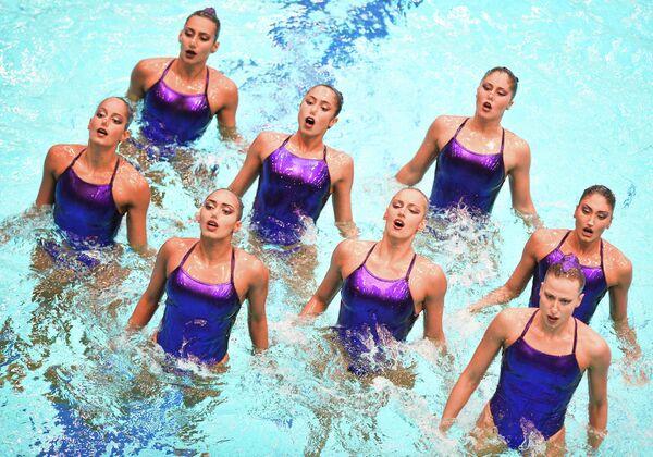 Команда Греции выступает с технической программой в командном синхронном плавании