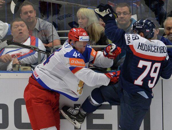 Защитник сборной России Егор Яковлев (слева) и нападающий сборной Словакии Либор Гудачек