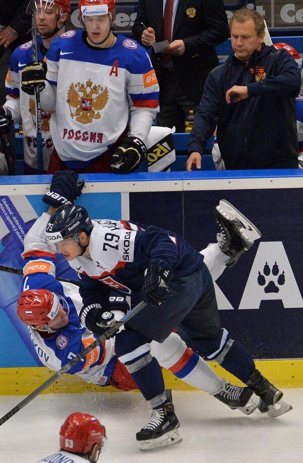 Защитник сборной России Дмитрий Куликов (слева) и нападающий сборной Словакии Либор Гудачек