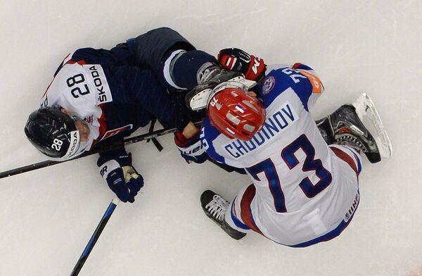 Игрок сборной России Максим Чудинов (справа) получает травму в матче группового раунда чемпионата мира по хоккею 2015 между сборными командами России и Словакии. Слева игрок сборной Словакии Рихард Паник.