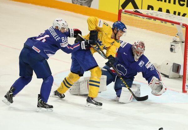 Защитник сборной Франции Кевин Экефей, нападающий сборной Швеции Джимми Эрикссон и вратарь сборной Франции Кристобаль Юэ (слева направо)
