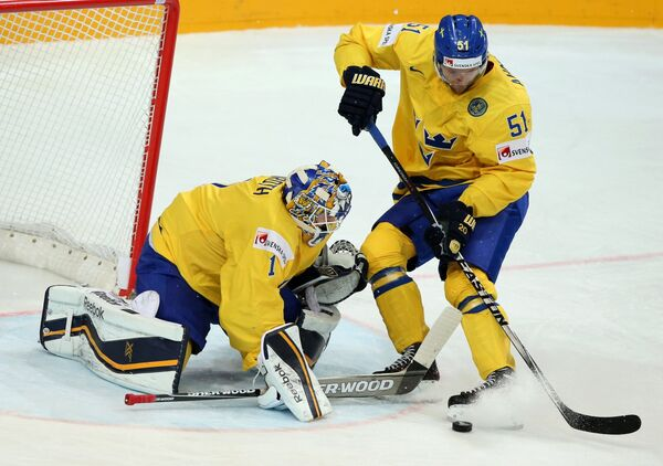 Вратарь сборной Швеции Юнас Энрот (слева) и защитник сборной Швеции Юнас Анелев